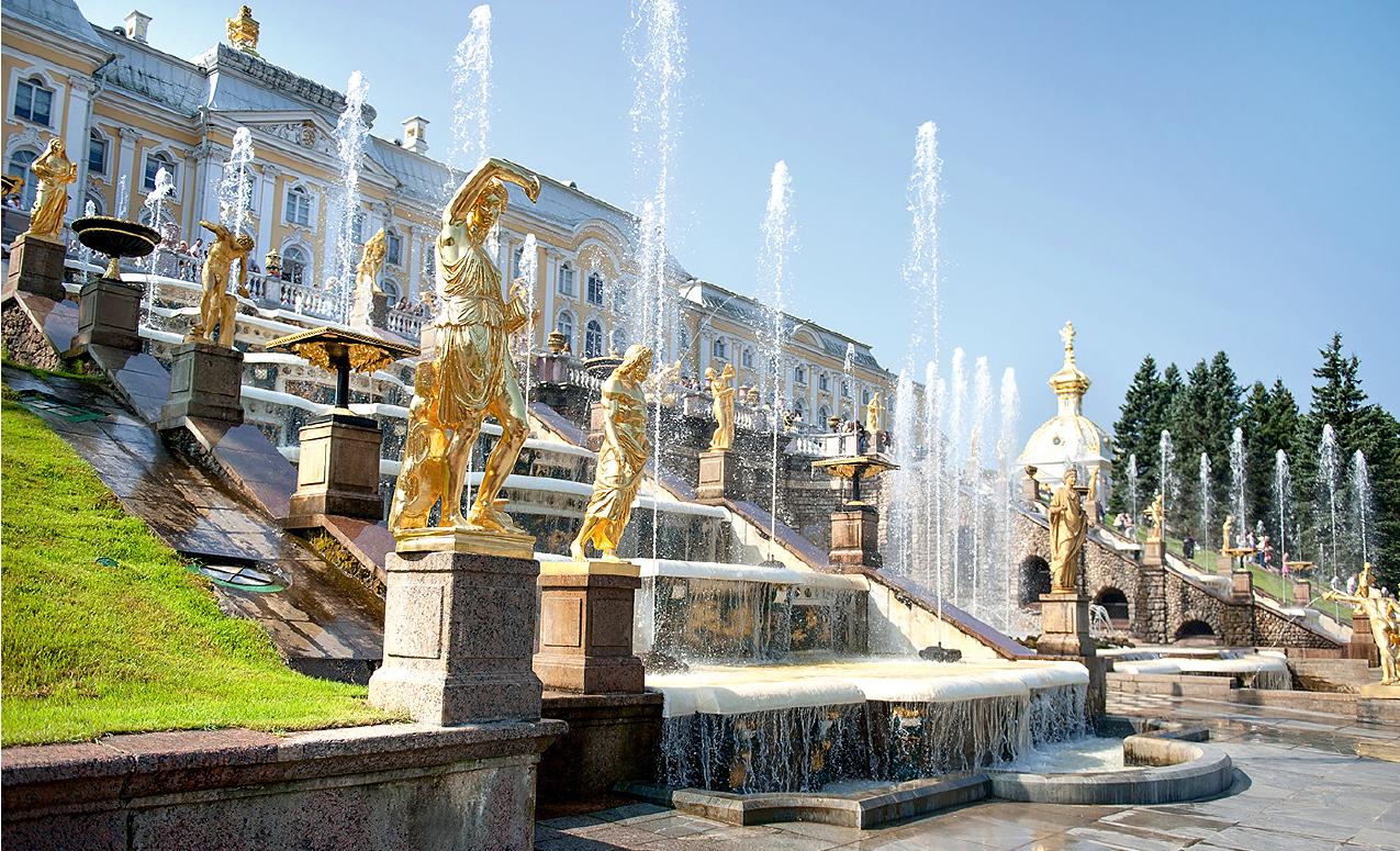 Большой каскад фонтанов в дворцово-парковом ансамбле Петергоф (Peterhof — «двор Петра»)