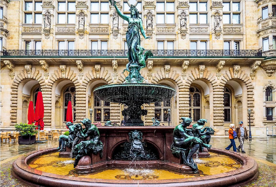 Фонтан Гигиеи, древнегреческой богини здоровья, в центре двора Ратуши в Гамбурге
