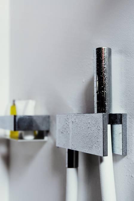 Специальный шланг позволяет выполнять контрастные обливания по методу Кнейппа.