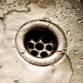 Срыв гидравлических затворов санитарно-технических водосливных устройств, их засорение и методы борьбы с этими явлениями