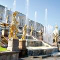 Крупнейший в «Вечном городе» фонтан Треви, символ римского барокко, построен архитектором Николо Сальви так, что образует единый архитектурный ансамбль с дворцом герцога Поли