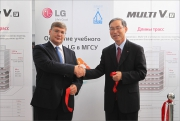Президент LG Electronics Rus  г-н Дахюн Сонг (Daehyun Song)  и ректор НИУ МГСУ г-н Волков Андреи