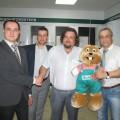 Вадим Саутенков, руководитель фирмы «Теплострой» принимает поздравления от топ-менеджеров Вайлант Груп Рус